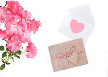 Jour du `s de mère Jour du `s de femmes Jour du ` s de Valentine, fond d'anniversaire Roses fraîches et enveloppe Configuration d Photo libre de droits