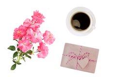 Jour du `s de mère Jour du `s de femmes Jour du ` s de Valentine, fond d'anniversaire Roses fraîches et enveloppe Configuration d Image libre de droits