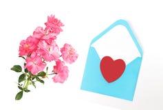 Jour du `s de mère Jour du `s de femmes Jour du ` s de Valentine, fond d'anniversaire Roses fraîches et enveloppe Configuration d Photos stock