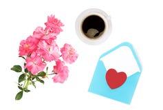 Jour du `s de mère Jour du `s de femmes Jour du ` s de Valentine, fond d'anniversaire Roses fraîches et enveloppe ressort plat Photographie stock libre de droits