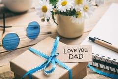 Jour du `s de père Boîte-cadeau avec amour vous étiquette de papa, fond de bureau de tache floue Photo stock