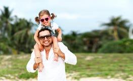 Jour du `s de père Dérivé de papa et d'enfant jouant ensemble dehors o Image libre de droits