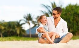 Jour du `s de père Dérivé de papa et d'enfant jouant ensemble dehors o Photos stock