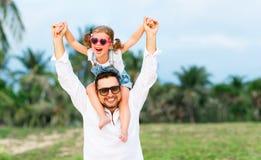 Jour du `s de père Dérivé de papa et d'enfant jouant ensemble dehors o Images stock