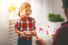 Jour du `s de père Fille heureuse de famille donnant la carte de voeux de papa image stock