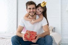 Jour du `s de père Fille heureuse de famille étreignant le papa et les rires en vacances photo libre de droits