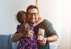Jour du `s de père Fille heureuse de famille donnant le cadeau de papa photographie stock libre de droits