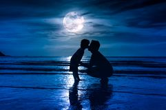 Jour du `s de père Silhouettez la vue de côté de l'enfant affectueux embrassant son f Images stock