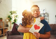 Jour du `s de p?re Fille heureuse de famille ?treignant le papa et les rires photographie stock