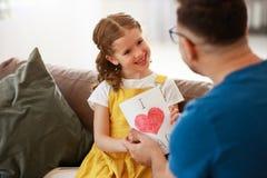 Jour du `s de p?re Fille heureuse de famille ?treignant le papa et les rires images stock