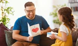 Jour du `s de p?re Fille heureuse de famille ?treignant le papa et les rires images libres de droits