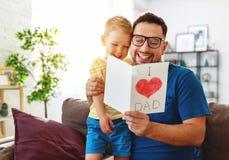 Jour du `s de p?re Fils heureux de famille ?treignant le papa et les rires image stock
