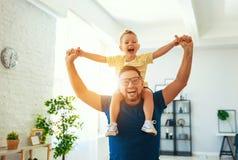 Jour du `s de p?re Le fils heureux de famille ?treint son papa photos libres de droits