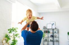 Jour du `s de p?re Le fils heureux de famille ?treint son papa image stock
