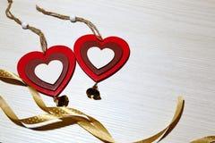 Jour du ` s de St Valentine, amour Deux coeurs multicolores et un ri en soie Photographie stock libre de droits