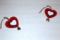 Jour du ` s de St Valentine, amour, Noël, nouvelle année Deux coeurs rouges o Photographie stock libre de droits