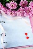 Jour du ` s de St Valentine Coeurs et chrysanthème rouges Photographie stock