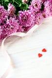 Jour du ` s de St Valentine Coeurs et chrysanthème rouges Photo stock
