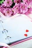Jour du ` s de St Valentine Coeurs et chrysanthème rouges Photos libres de droits