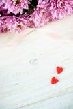 Jour du ` s de St Valentine Coeurs et chrysanthème rouges Image stock