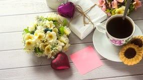 Jour du ` s de St Valentine Tasse de café avec la lettre d'amour vide sur la table en bois blanche Photographie stock libre de droits