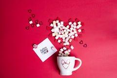 Jour du ` s de Valentine avec du café de tasse et les coeurs en bois avec la guimauve Photos libres de droits