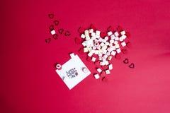 Jour du ` s de Valentine avec les coeurs et la guimauve en bois Image stock