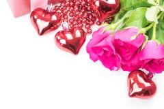 Jour du ` s de Valentine avec les roses et le cadeau sur le blanc Photo libre de droits