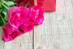 Jour du ` s de Valentine avec les roses et le cadeau sur en bois Images libres de droits