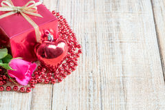 Jour du ` s de Valentine avec les roses et le cadeau sur en bois Photographie stock libre de droits