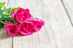 Jour du ` s de Valentine avec les roses et le cadeau sur en bois Photos stock