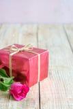 Jour du ` s de Valentine avec les roses et le cadeau sur en bois Photo libre de droits