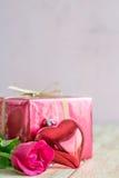 Jour du ` s de Valentine avec les roses et le cadeau sur en bois Photos libres de droits