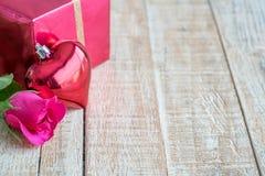 Jour du ` s de Valentine avec les roses et le cadeau sur en bois Images stock