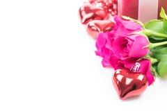 Jour du ` s de Valentine avec les roses et le cadeau sur le blanc Photo stock