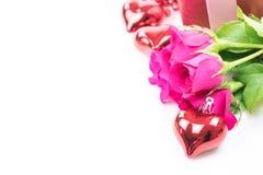 Jour du ` s de Valentine avec les roses et le cadeau sur le blanc Photos stock