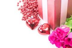 Jour du ` s de Valentine avec les roses et le cadeau sur le blanc Images libres de droits