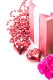 Jour du ` s de Valentine avec les roses et le cadeau sur le blanc Images stock