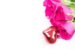 Jour du ` s de Valentine avec les roses et le cadeau sur le blanc Photographie stock libre de droits
