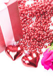 Jour du ` s de Valentine avec les roses et le cadeau sur le blanc Photos libres de droits