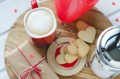 Jour du ` s de Valentine, biscuits et ballon en forme de coeur, tasse de café a Photo stock