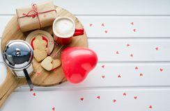 Jour du ` s de Valentine, biscuits et ballon en forme de coeur, tasse de café a Images stock