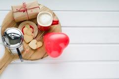Jour du ` s de Valentine, biscuits et ballon en forme de coeur, tasse de café a Images libres de droits
