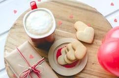 Jour du ` s de Valentine, biscuits et coeur et tasse en forme de ballon de Co Images stock