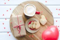 Jour du ` s de Valentine, biscuits et coeur et tasse en forme de ballon de Co Photographie stock libre de droits