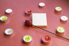 Jour du `s de Valentine Bougies en forme de coeur avec les autocollants et la fleur photo stock