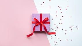 Jour du `s de Valentine Cadre de cadeau rose de Noël Cadeau et houx Avec l'espace de copie image libre de droits