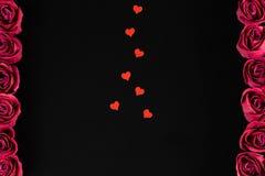 Jour du ` s de Valentine - cadre des roses avec des coeurs Photos stock