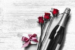 Jour du `s de Valentine Jour du `s de Valentine Champagne, boîte-cadeau et roses rouges disposition L'espace libre pour le texte  Images stock