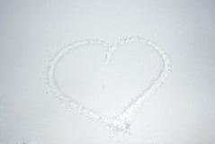 Jour du `s de Valentine Coeur de dessin dans la neige Forme de coeur de neige Coeur sur le plan rapproché de neige Image libre de droits